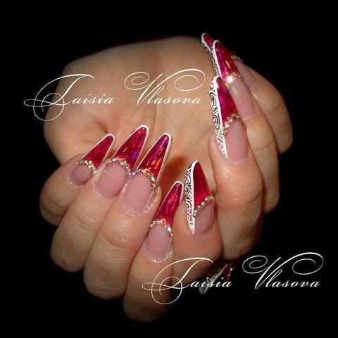 Оригинальный дизайн нарощенных ногтей со стразами, витражным эффектом и узором белыми красками