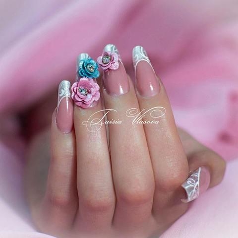 Оригинальный френч с 3d цветами - идея нежного француского маникюра на нарощенных ногтях с красивой акриловой лепкой