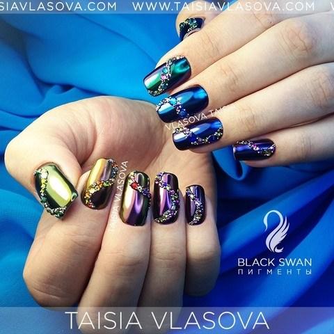 Разноцветные зеркальные ногти со стразами - втирка майский жук на ногтях