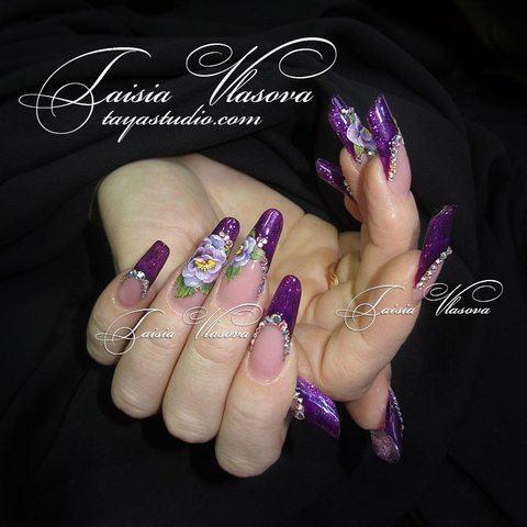 Шикарный фиолетовый френч со стразами, плоскостной акриловой лепкой и витражным эффектом