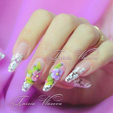 Нежный весенний маникюр с кружевом и цветами