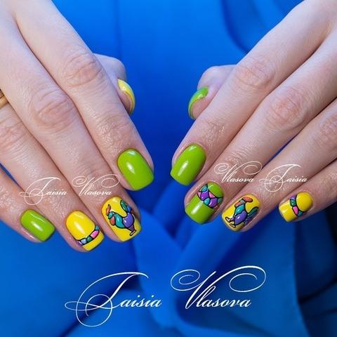 Яркий желто-зеленый маникюр с петухом