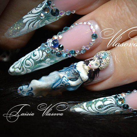 Шикарный зимний дизайн ногтей со стразами, бархатными белыми вензелями и снегурочкой